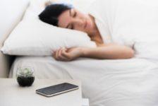 Dormir junto a dispositivo electrónicos nos hace dormir menos y peor